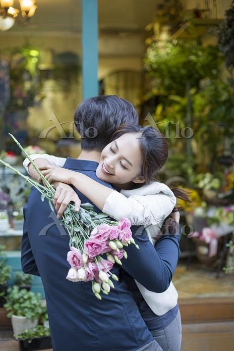 花をプレゼントする若いカップル