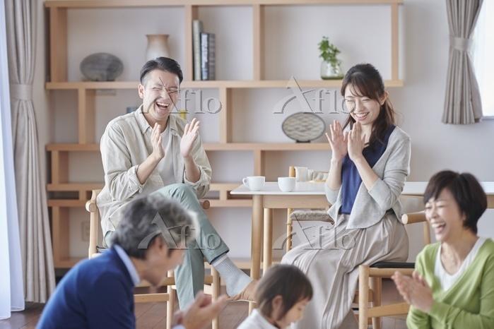 家族団らんの日本人の三世代家族