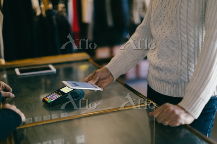 Shopper using mobile payment i・・・