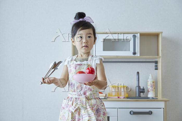 子供部屋でままごとをする日本人の女の子