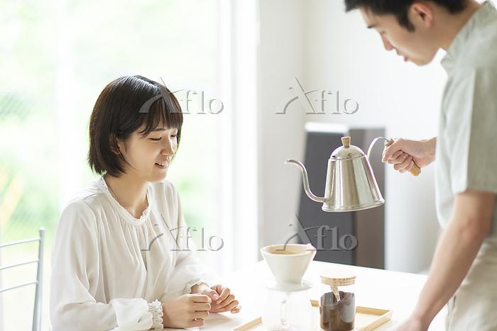 コーヒーを淹れる若い男性