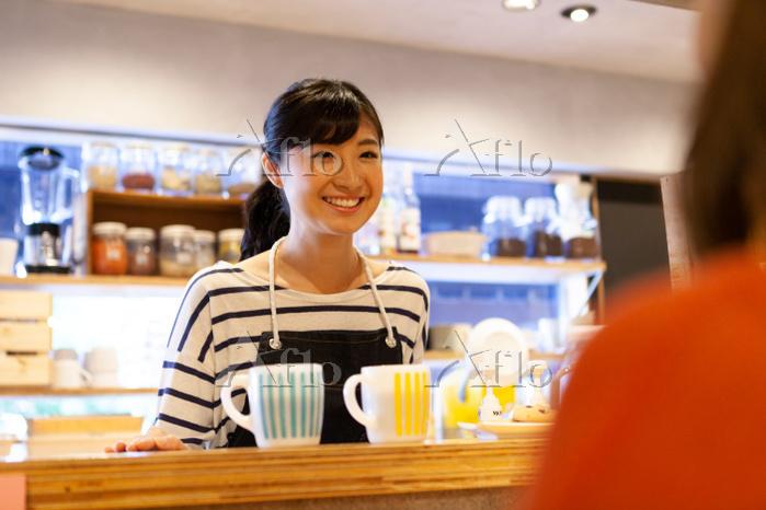 笑顔のカフェ店員