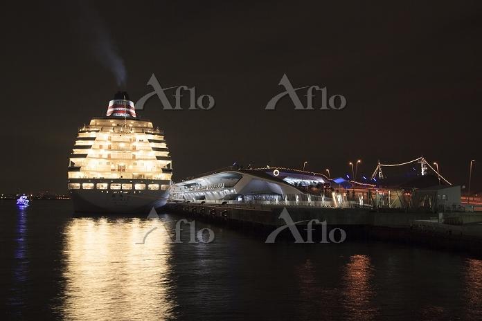 神奈川県 大桟橋埠頭と豪華客船