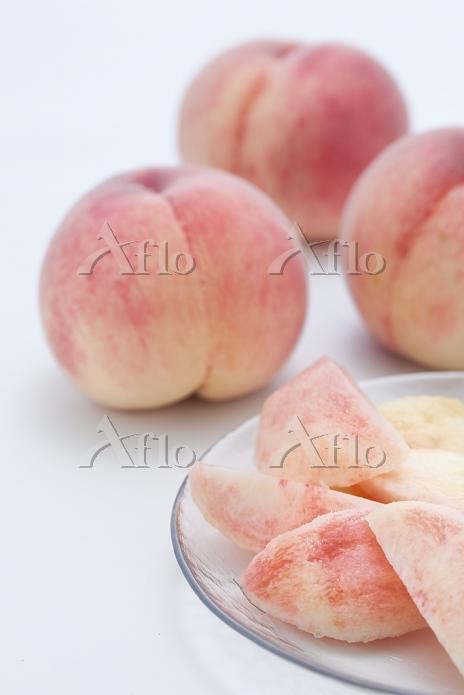 カットされた白桃と3個の白桃