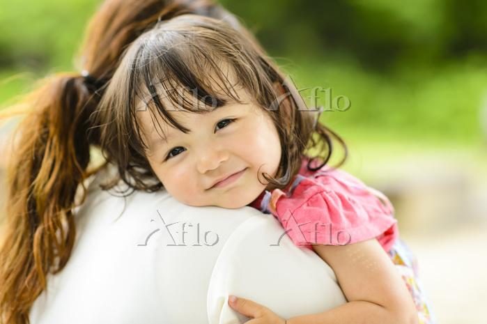 お母さんに抱っこされる日本人の女の子