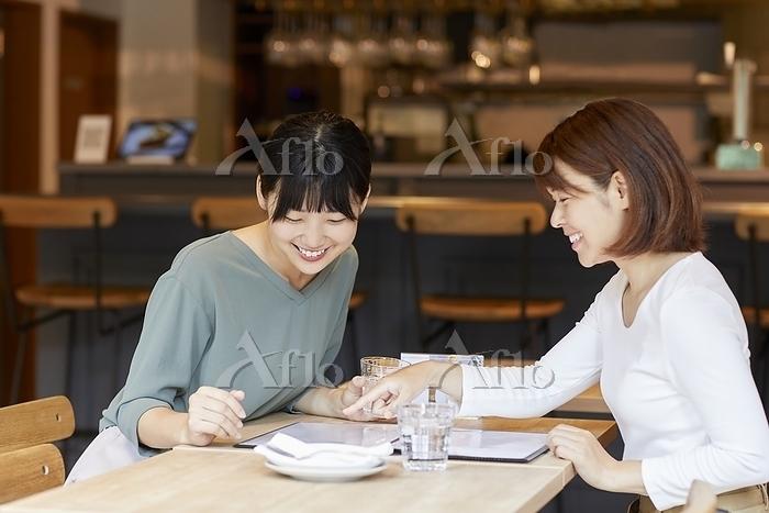 レストランでメニューを見る日本人女性