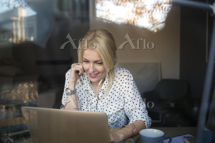 オフィスでパソコンを見る女性