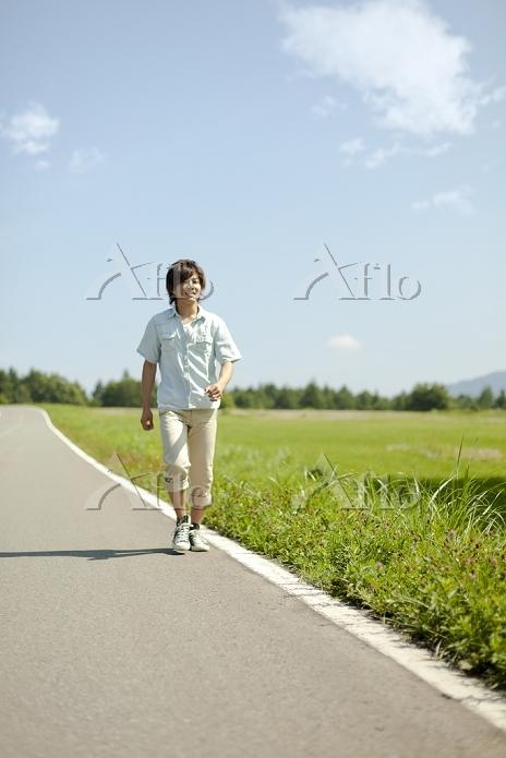 歩く若い男性