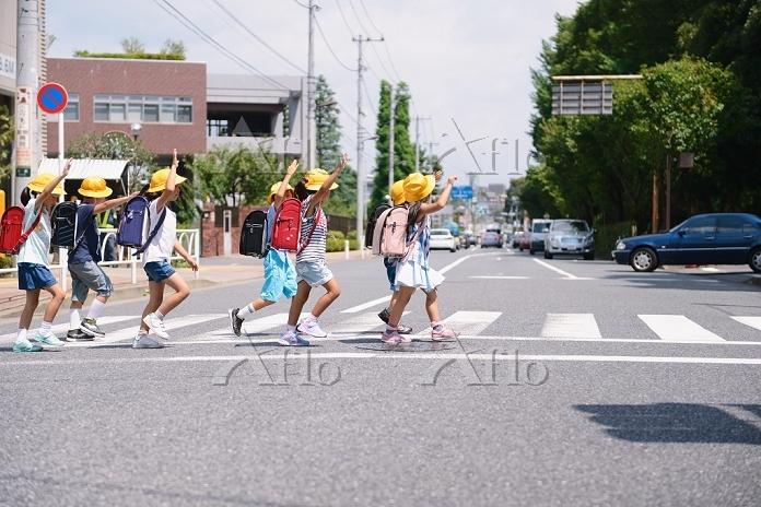 横断歩道を渡る日本人の小学生たち