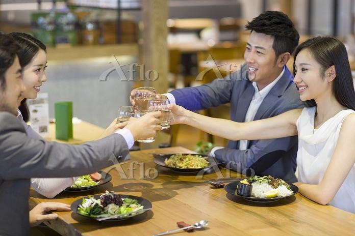 食事を楽しむ若いビジネスパーソン