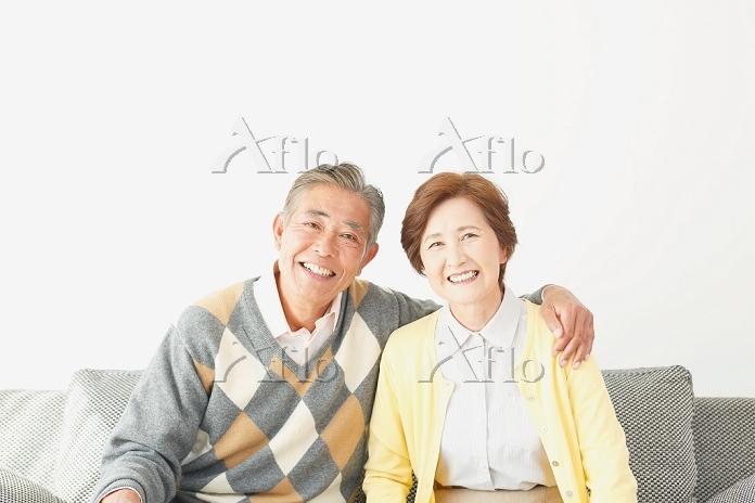 肩を組むシニア夫婦