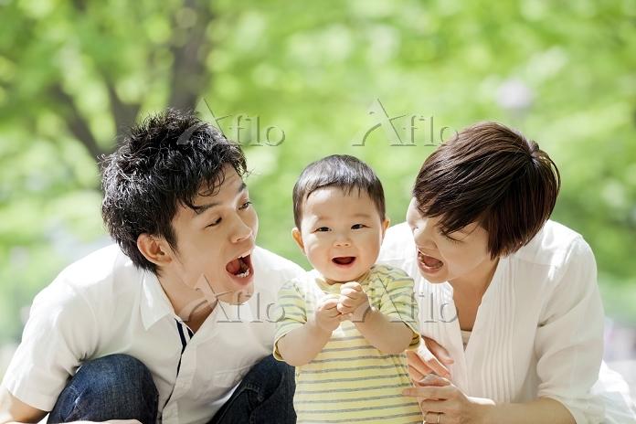 公園で両親と遊ぶ男の子