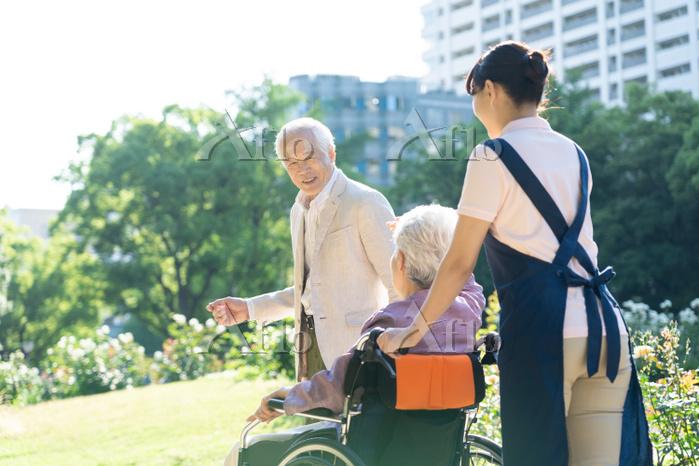 介護士と日本人シニア夫婦