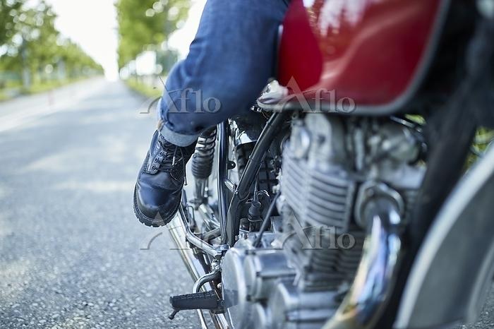 バイクに乗る男性の足元