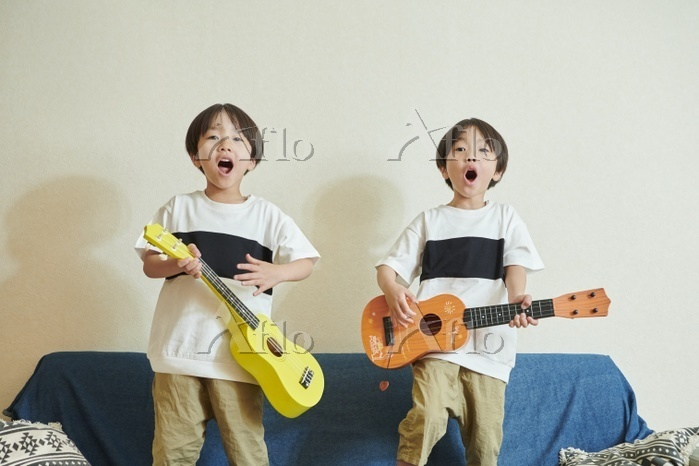 ウクレレで遊ぶ双子の兄弟