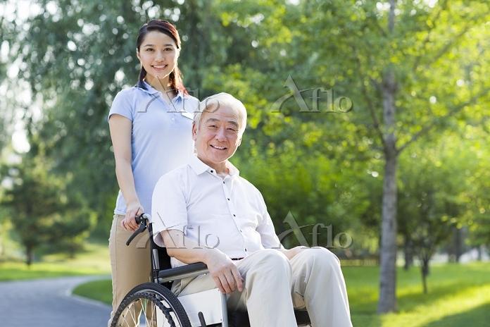 車いすを押す女性