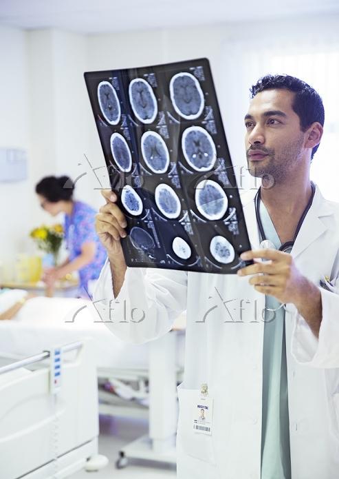 MRI写真を見る医者