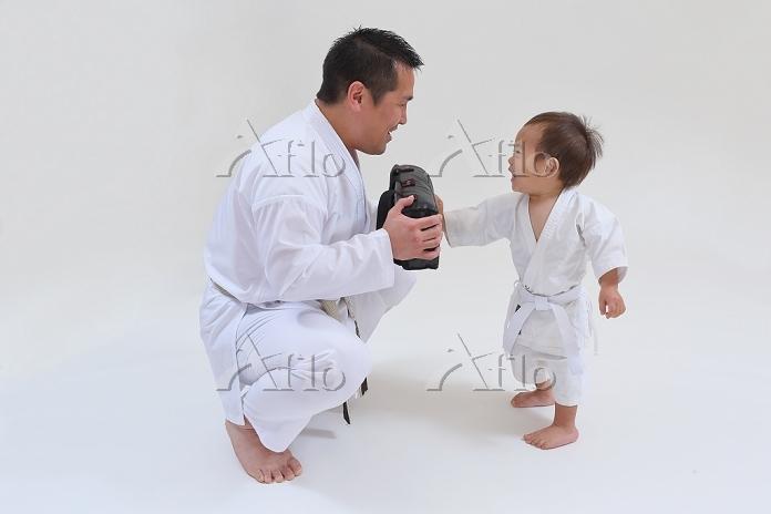 空手の稽古をする日本人の子供