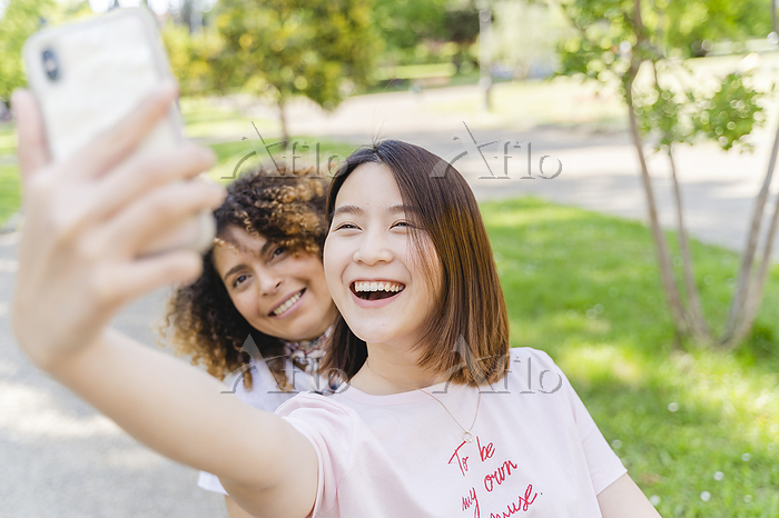 Two happy women taking a selfi・・・