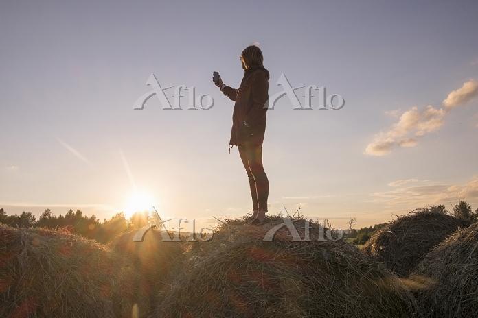 Caucasian woman standing on ha・・・
