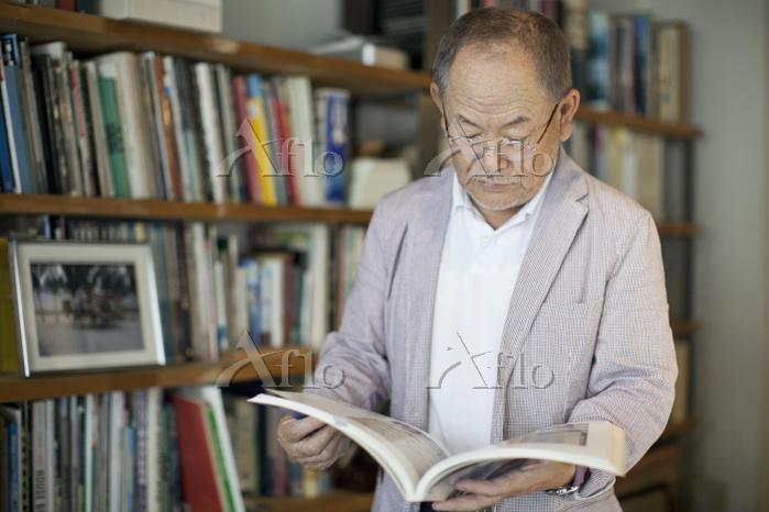 本を読む日本人シニア男性