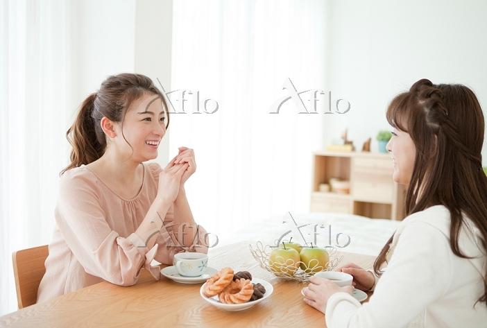 部屋でお茶をする日本人女性