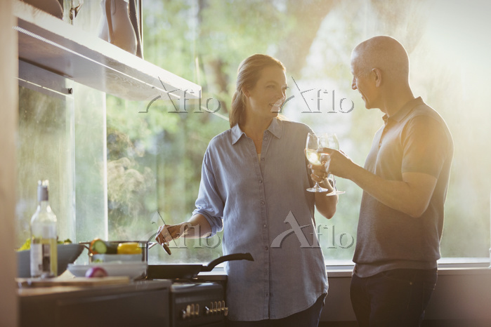 調理しながら話をする女性
