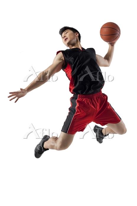 ジャンプするバスケットボールプレーヤー