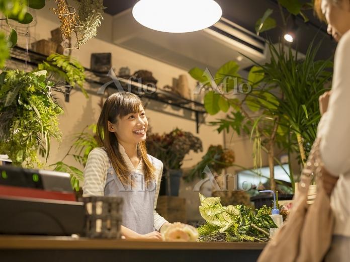 レジに立つ日本人女性