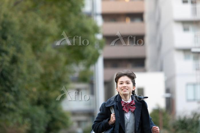 走る女子学生