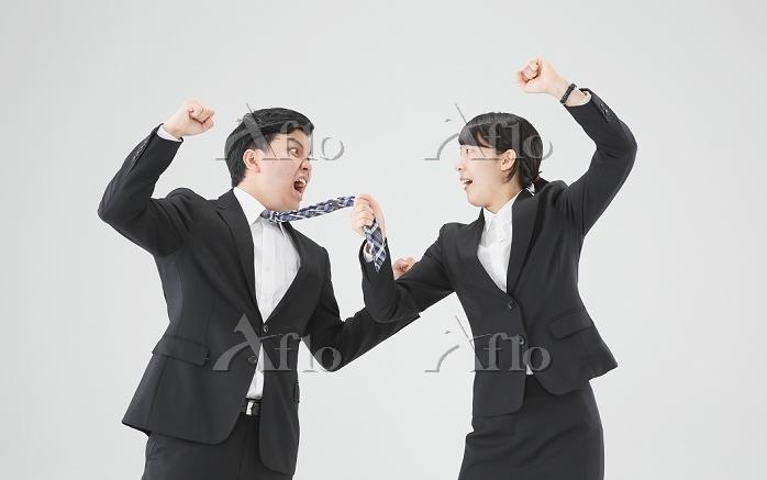 殴り合うビジネスパーソン達