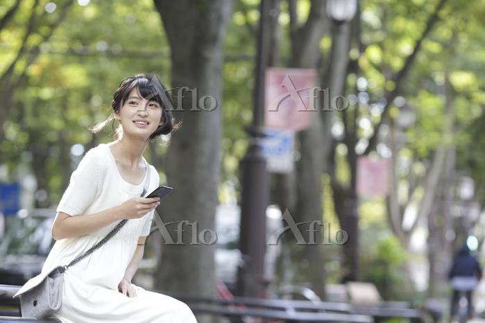 待ち合わせをする日本人女性