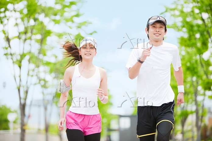 ジョギングをする若いカップル