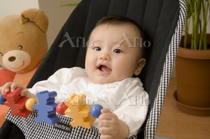 バウンサーに乗る日本人の赤ちゃん