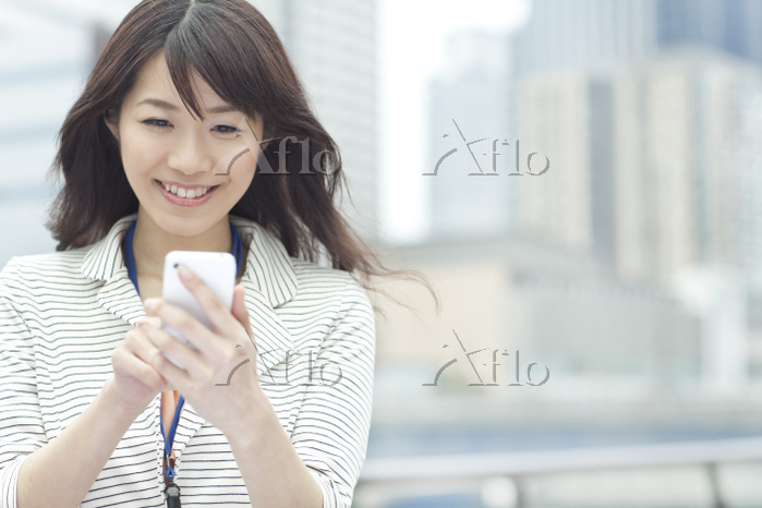 スマホを持つ日本人ビジネスウーマン