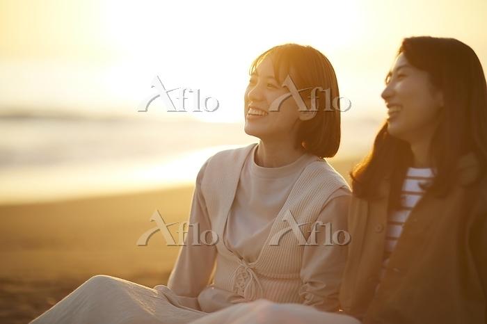 海辺で語らう日本人女性