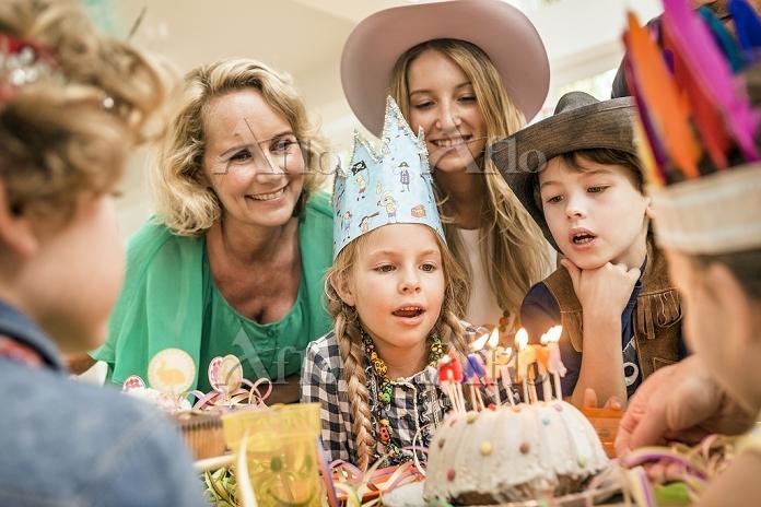 バースデーをお祝いする外国人家族