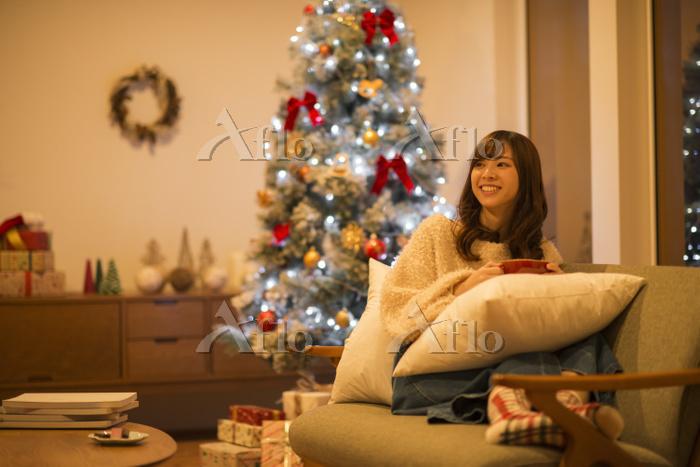クリスマスにソファーでくつろぐ日本人女性