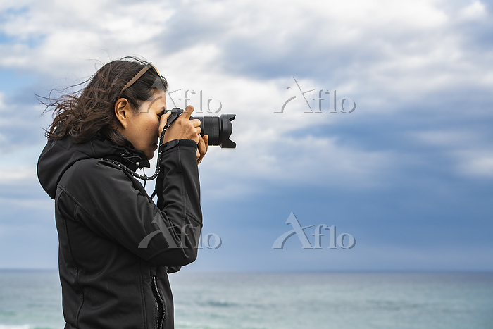 woman taking a photograph with・・・