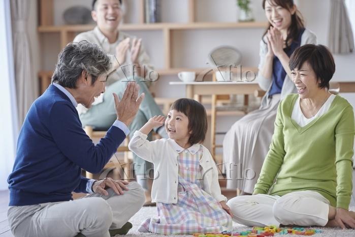 団らんの日本人の三世代家族