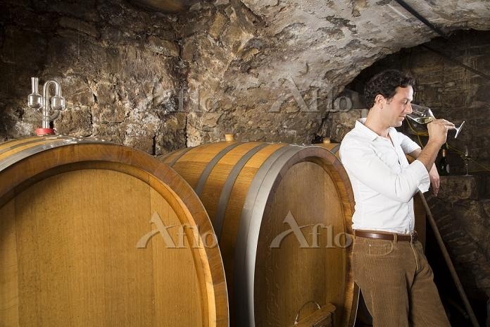 Man in wine cellar tasting win・・・