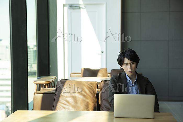 オフィスワークの日本人ビジネスマン