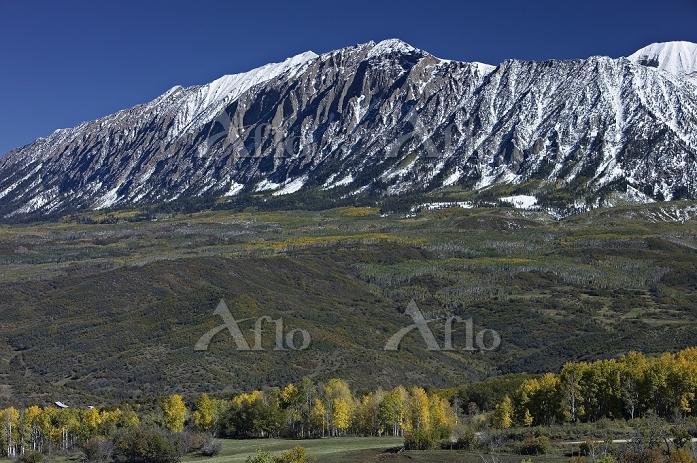 黄葉とロッキー山脈