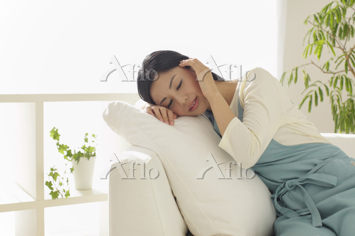 頭痛で休憩する主婦