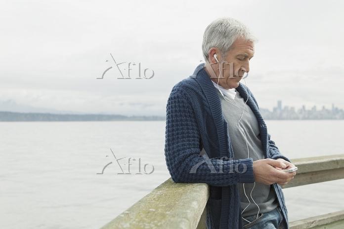 スマートフォンを利用する外国人男性