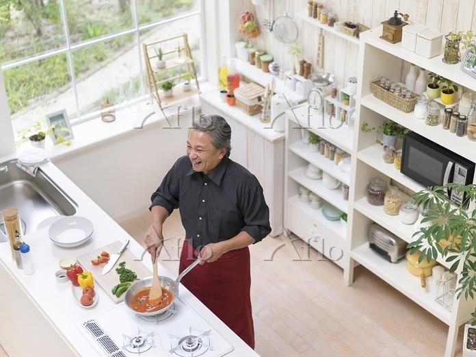 キッチンに立つ中高年日本人男性
