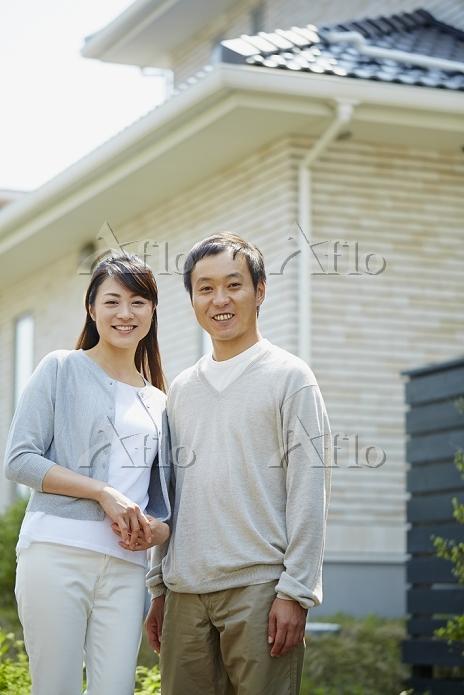 家の前に立つカップル