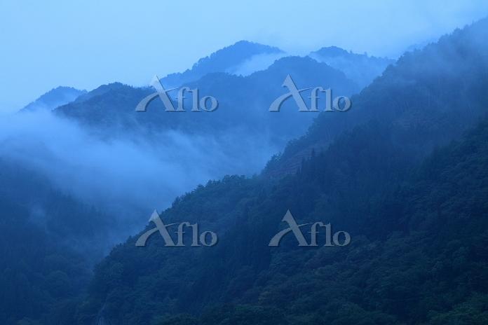 山あいの霧雨