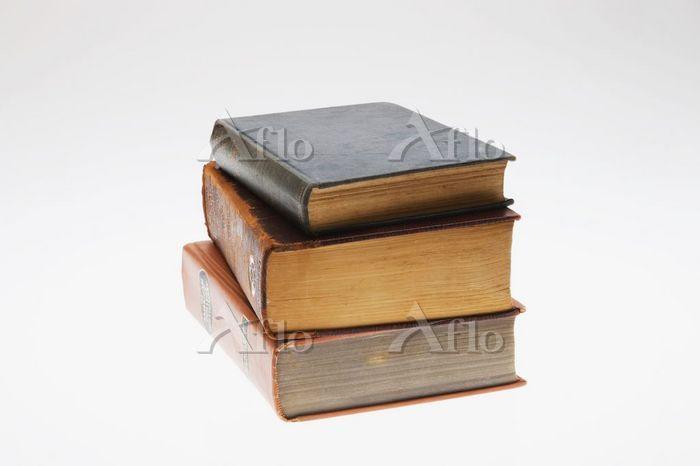 重なった古い本