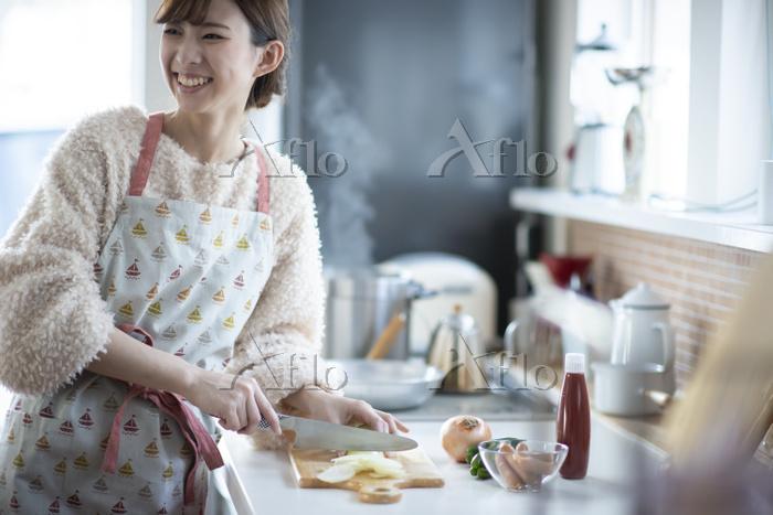 キッチンで振り向く日本人女性